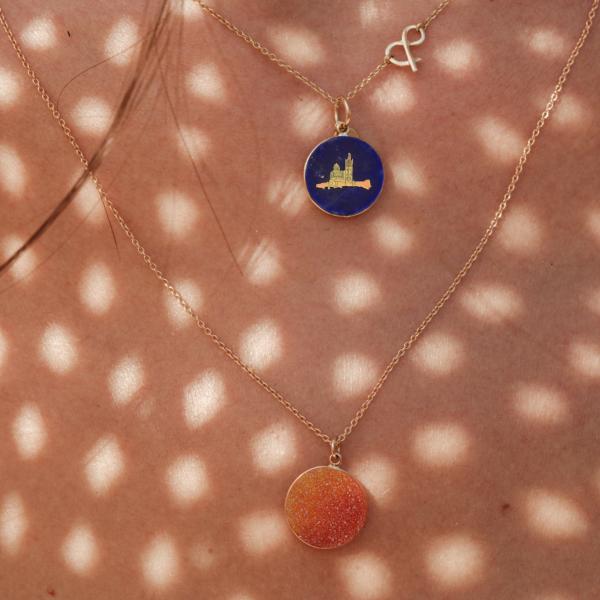 Médaille pendentif Druzy cornélian pierre naturelle or jaune 18 carats recyclé Médaille pendentif notre dame de la garde lapis lazuli pierre naturelle or jaune 18 carats recyclé mineral joaillerie éthique femme bar à médailles les précieuses