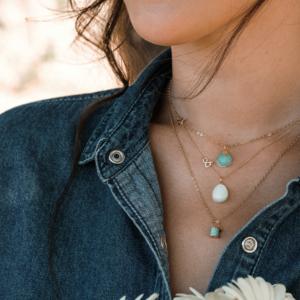 Médailles pendentifs galet amazonite pierre de lune blanche or jaune 18 carats recyclé Médaille pendentif Céleste amazonite pierre naturelle or rose mineral joaillerie éthique