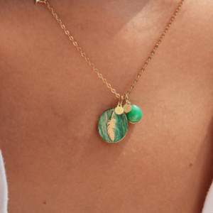 Médailles pendentif bar à médailles les précieuses plume frêne vert galet chrysoprase or jaune 18 carats recyclé mineral joaillerie éthique femme