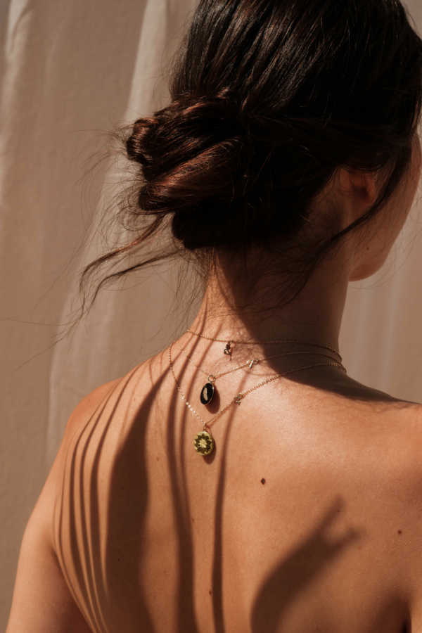 Médailles pendentifs bar à médailles les précieuses soleil frêne jaune plume onyx esperluette diamant pierres naturelles or jaune 18 carats recyclé mineral joaillerie éthique