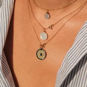 Médailles pendentif bar à médailles les précieuses oursin nacre grise galet pierre de lune grise pi nacre blanche pierres naturelles or jaune 18 carats recyclé mineral joaillerie éthique femme