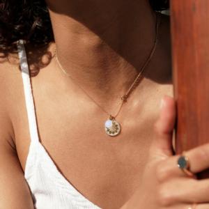 Médaille pendentif or jaune 18 carats recyclé médaille soleil nacre jaune or médaille galet pierre de lune blanche or