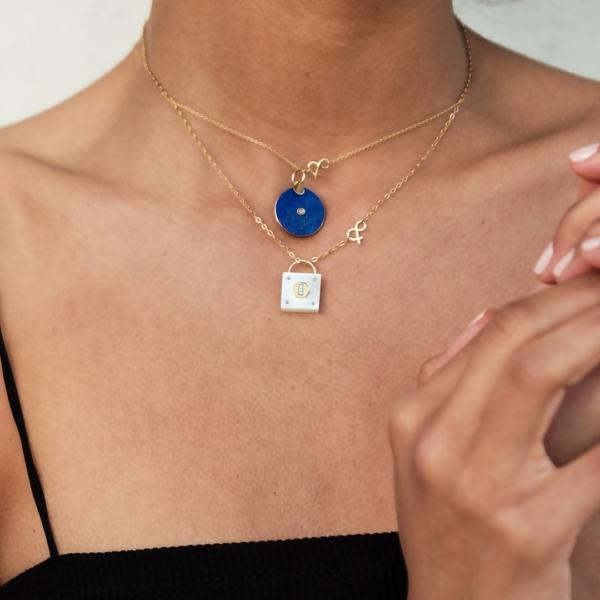 Médaille pendentif or jaune 18 carats recyclé pierres naturelles Médaille pi lapis lazuli or médaille cadenas nacre blanche or mineral joaillerie