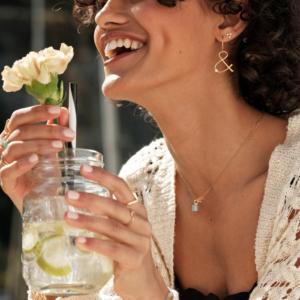Boucles d'oreilles longues Esperluette pierre naturelle diamant or jaune 18 carats recyclé médaille pendentif Céleste pierre de lune grise or jaune
