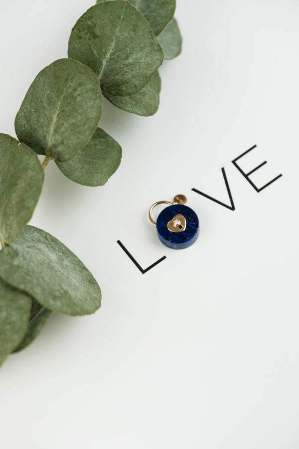 Médaille pendentif les précieuses Cadenas lapis lazuli or jaune 18 carats recyclé pierre naturelle mineral joaillerie