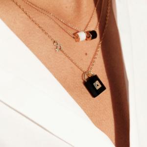 Collier Céleste onyx marbre de carrare pierres naturelles or médaille pendentif or jaune 18 carats recyclé cadenas onyx