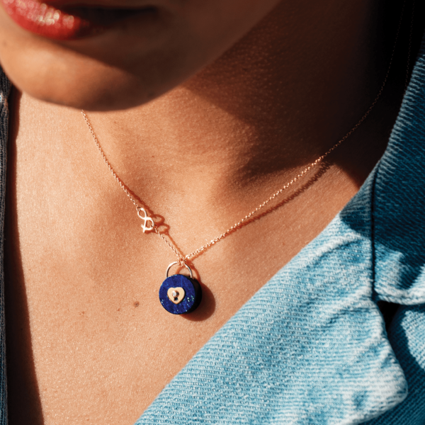 Médaille pendentif or jaune 18 carats recyclé médaille cadenas lapis lazuli femme love amour mineral joaillerie pierres naturelles esperluette