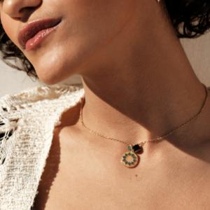 Médaille pendentif or jaune 18 carats recyclé médaille soleil nacre jaune médaille Céleste onyx or pierres naturelles